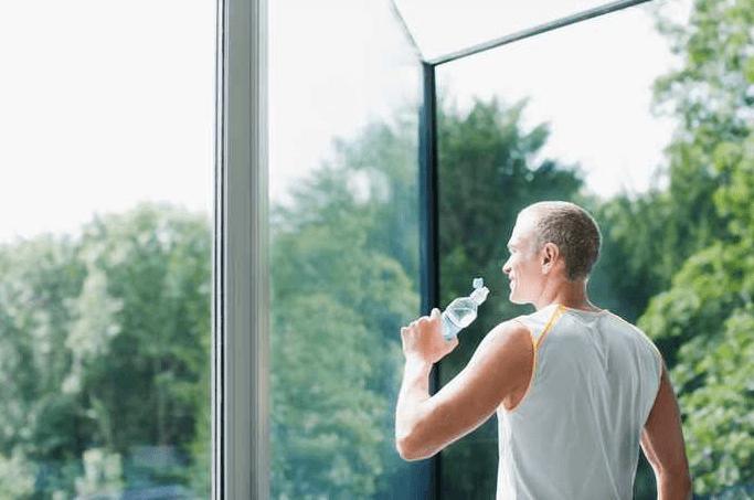 ١٠ طرق للوقاية من مشاكل الكلى Drinking-plenty-of-water